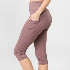 NEW Yelete Acrive Women's 5 Pocket Capri Leggings
